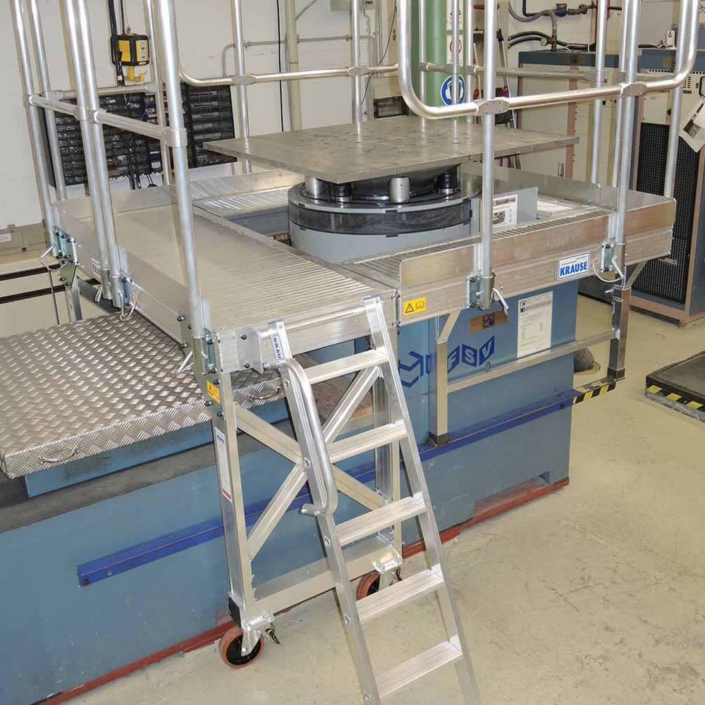 Munkaállvány lépcsőfokos létrával gépek kezeléséhez