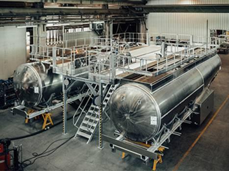 Dupla munkaállvány lépcsőfeljáróval tartálykocsik gyártásához