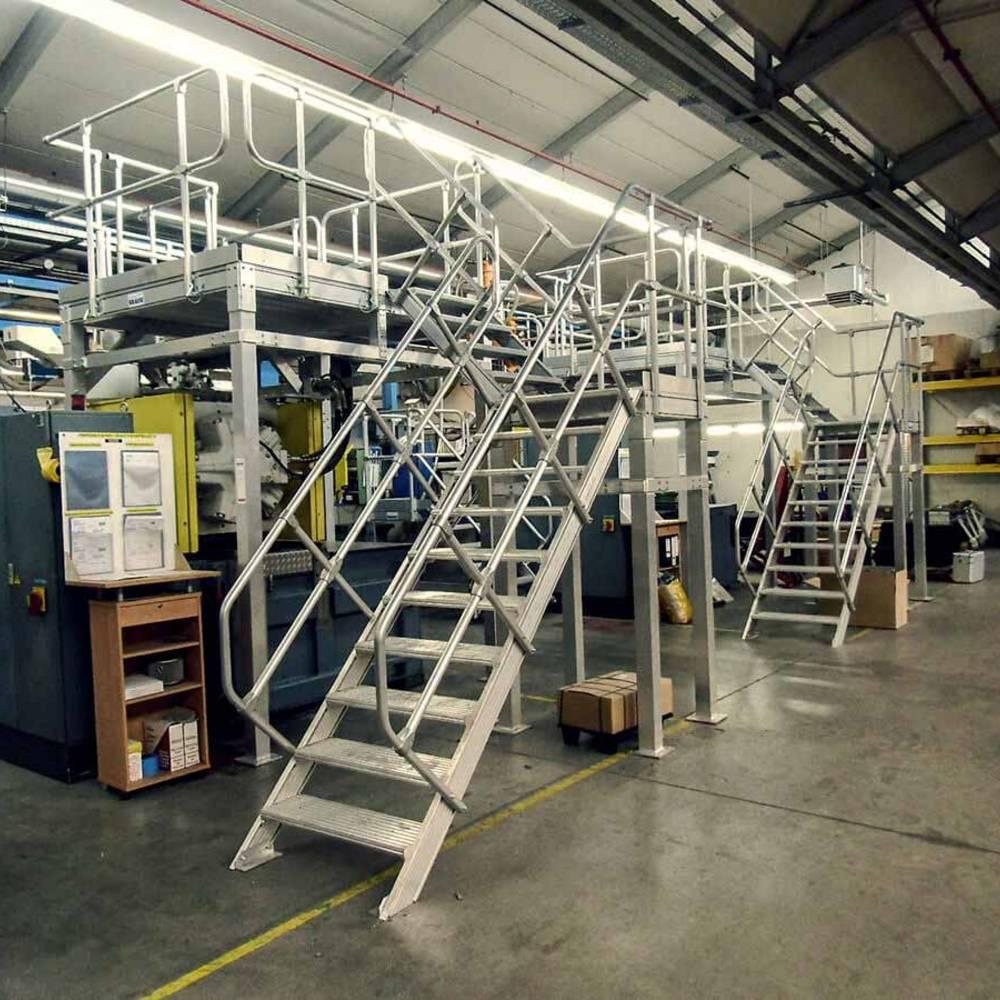 Rögzített munkaállvány lépcsőfeljáróval