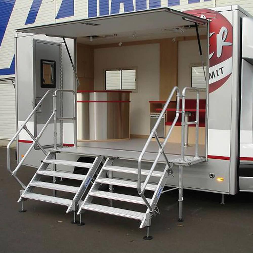 Lépcsőfeljáró kivehető korlátokkal Roadshow kamionokhoz