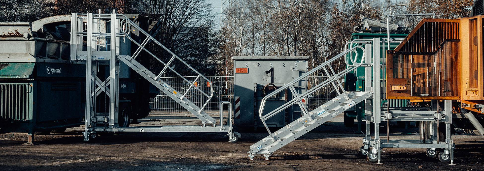 Gurítható és állítható magasságú munkaállvány lépcsőfeljáróval