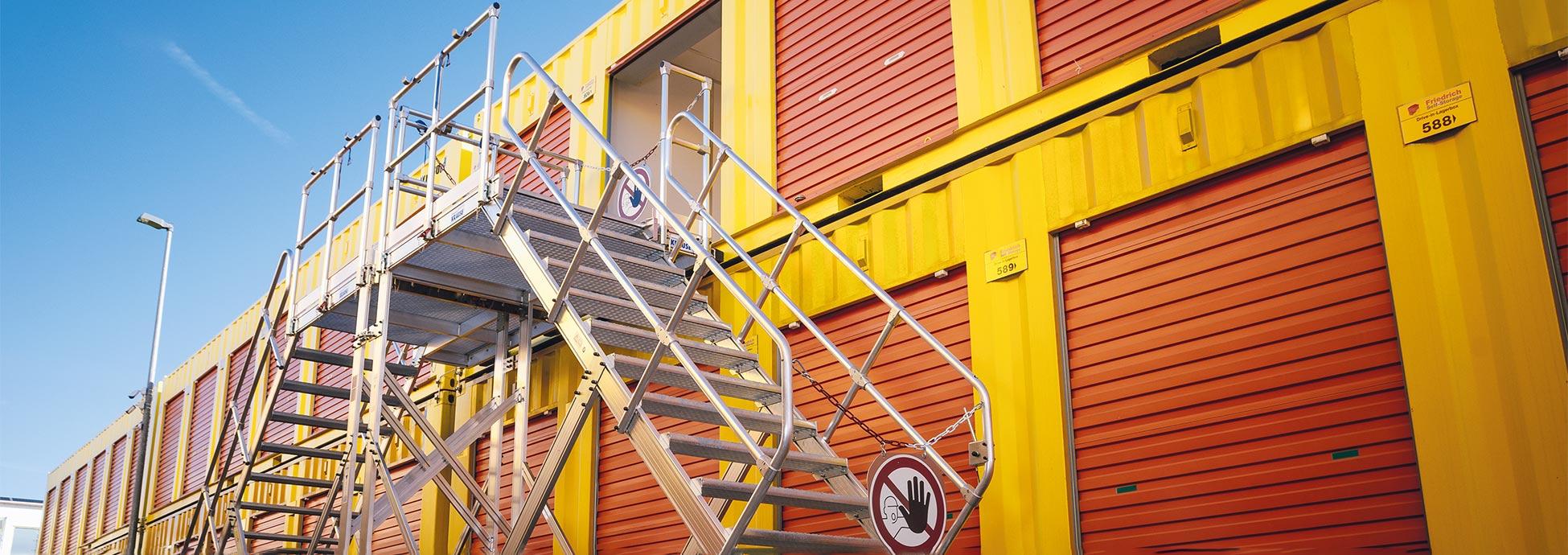 Két lépcső kombinálásából létrehozott két oldalon járható lépcső