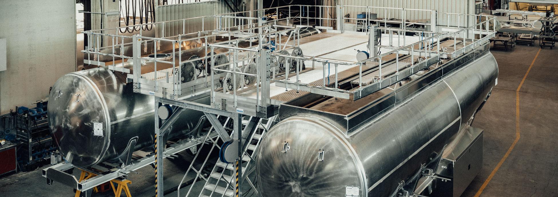 Dupla munkaállvány lépcsőfeljáróval tartálykocsik gyártáshoz