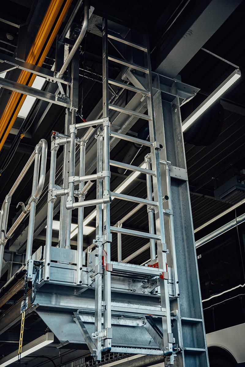 A lépcső nélküli menekülőlétra a szerkezet mindkét oldalán