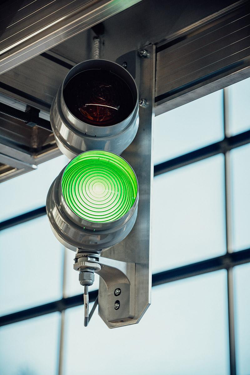 Zöld lámpa jelzi a busz beérkezését